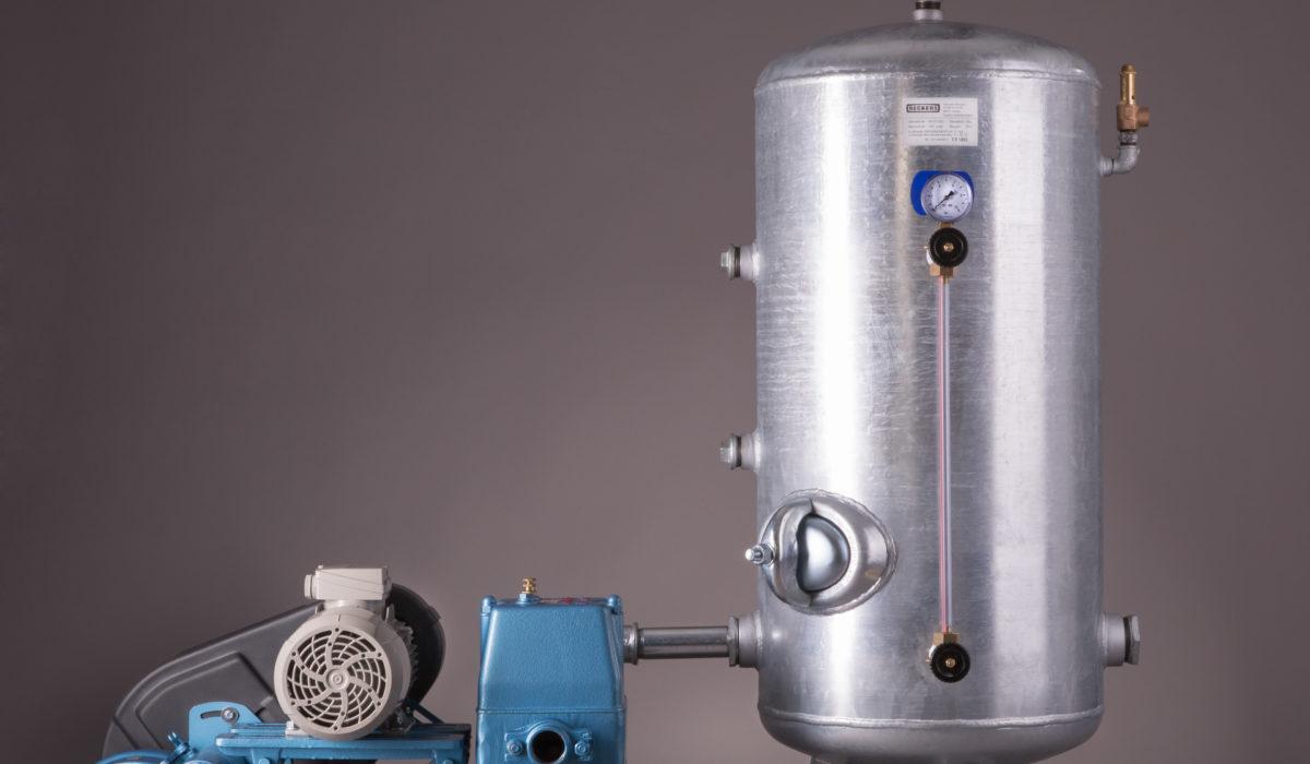 Kolbenpumpe mit stehendem Behälter